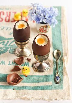 Vrolijk pasen: gevulde choco eieren met cheescake en passievrucht.