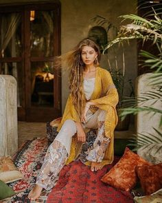 Assemble a bohemian fashion outfit and furthermore look dazzling! Pair your essential dark shirt with a skater skirt and include a scarf for a Boho chic look. Boho Gypsy, Bohemian Mode, Bohemian Lifestyle, Hippie Bohemian, Bohemian Style, Bohemian Fall, Modern Hippie, Estilo Boho, Estilo Hippie Chic