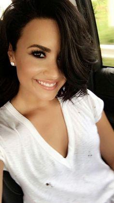 Demi Lovato Can't wait until my hair grows back Demi Lovato Haircut, Demi Lovato Blonde Hair, Pelo Demi Lovato, Demi Lovato Style, Demi Lovato Hairstyles, Demi Lovato Hair Color, Demi Lovato Short Hair, Demi Lovato Makeup, Dark Hair