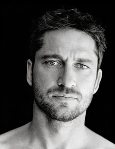 Gerard Butler, couldn't help but pin it. sorry folks, it's GERARD BUTLER, though! Look At You, How To Look Better, Pretty People, Beautiful People, Portrait Images, Actrices Hollywood, Hommes Sexy, Raining Men, Good Looking Men