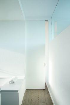 Pocket sliding doors Xinnix - credits to Geert Berkein architectuurstudio Sliding Pantry Doors, Sliding Door Design, Sliding Wall, Doors And Floors, Windows And Doors, Front Doors, Room Divider Doors, Room Dividers, Prehung Doors