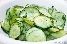 En enkel og nydelig agurksalat som passer perfekt til fiskeretter, til koldtbordet eller som akkompagnement til lekrelaksesmørbrød.