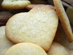 Vajas keksz házilag avagy linzer nagyanyáink receptje szerint - Recept Izék Camembert Cheese, Sweets, Bread, Cookies, Blog, Baking, Halloween, Crack Crackers, Gummi Candy