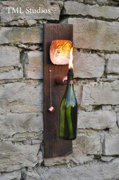 Modern Industrial Wine Bottle Tiki Torch Oil Lamp with Hand Hammered Copper Reflector and Shou Sugi Ban Lumber - Diese Auflistung ist für eine Weinflasche Öl lamp/tiki Taschenlampe. Wine Bottle Tiki Torch, Wine Bottle Crafts, Bottle Art, Wine Bottle Planter, Beer Bottle, Diy Bottle, Bottle Opener, Vodka Bottle, Liquor Bottles