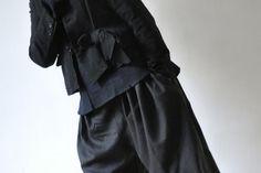 """Blouse """"femme"""" tissu bleu, pantalon """"femme"""" lainage écossais."""