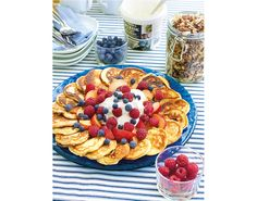Lavkarbo-pletter med friske bær og kremfløte - Tara Waffles, Pancakes, Breakfast, Desserts, Recipes, Food, Cook, Morning Coffee, Tailgate Desserts