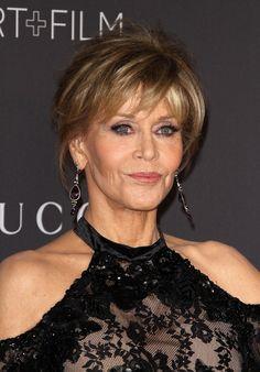 2. Jane Fonda, 80 anos Maquiagem: sombras claras com um leve tom de lavanda, o que é ótimo porque essa cor, assim como os roxos, enaltecem ainda mais a cor dos olhos verdes de Jane. Além disso, sombras iluminadoras foram usadas nos cantos internos dos olhos.  Muita máscara de cílios acompanhada de um bom par de cílios postiços, mantendo um aspecto bem natural. Aplicou-se delineador nos cílios superiores e lápis embaixo dos olhos esfumados. Blush de tons apessegados e batom matte cor de boca.