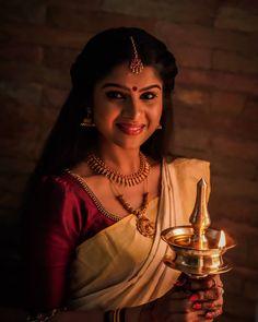 Beauty Pictures: Wedding Saree and South Indian Bride Kerala Traditional Saree, Kerala Saree Blouse Designs, Kasavu Saree, Kerla Saree, Chiffon Saree, Kerala Bride, Saree Models, Engagement Dresses, Saree Wedding