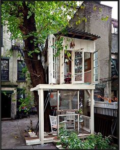 A Tree House in Brooklyn by Alexandra Meyn who graduated with a degree with interior design and unable to find a job built this house in back of her apartments via thenauticalwheeleer #Tree_House #Alexandra_Meyn #thenauticalwheeler