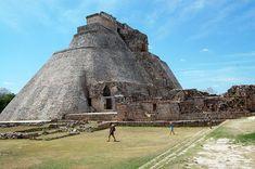 La Pirámide del adivino, también llamada del hechicero, del enano o del gran Chilán, es una construcción maya de 35m de altura ubicada en el complejo de Uxmal.