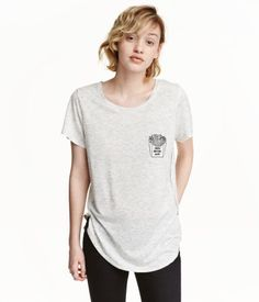 Light gray melange. Top in viscose jersey with short sleeves and a rounded hem…