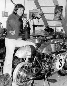 Barry Sheene, in the paddock during the start of his epic racing career, with the Seeley Suzuki he would transform from relative unknown into a major force in motorcycle racing. Barry Sheene won the 1976 and 1977 World Championship. Grand Prix, Suzuki Cafe Racer, Motorcycle Posters, Motorcycle Racers, The Magnificent Seven, Classic Car Insurance, Old Bikes, Moto Guzzi, Vintage Bikes