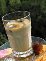 Ledová káva-bez šejkru  nemám doma šejkr a kvůli několika led. kávám si ho nehodlám pořizovat, tak jsem využila plastovou láhev se širokým hrdlem (to kvůli toho, aby mi tam ledová kostka vlezla). Tak do prázdné 1/2 l láhve dám 2-3 kostky ledu, 1-2 lžičky cukru a 2 lžičky inst.kávy, zaliju dobře vychlazeným mlékem asi do 1/2 láhve, zavřu a třesu, štěrkám, až mám v láhvi jen pěnu, naliju do vysoké sklenice. Přiliju ještě trochu mléka do láhve a znova třesu (doliju sklenici, dám brčko a… Frappe, Glass Of Milk, Ham, Smoothies, Coffee, Drinks, Sweet, Food, Kaffee