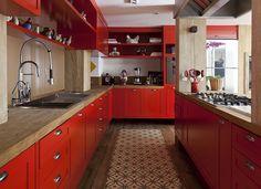 Cozinha, armário colorido. Projeto Marina Linhares {acesse o blog para mais…