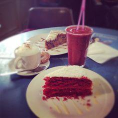 Pastel red velvet, batido de frutos del bosque, café y pastel de zanahoria del Lolina Vintage en la calle Espítiru Santo, Madrid