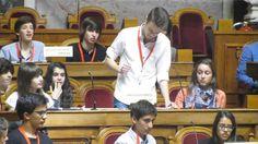 Será que tinhas a coragem? Num dia aberto no parlamento, um grupo de estudantes foram convidados a assistir a uma sessão de debate, mas este jovem não se conseguiu conter e disse tudo aquilo que pe...
