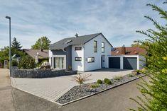 Modernes Wohnhaus Mit Satteldach, Entwurf F\u00fcr Ein Schmales | Moderne  Architektur Einfamilienhaus | Pinterest | Arch, House And Room
