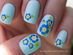 Uñas azules con pequeñas flores - Short nails with little flowers