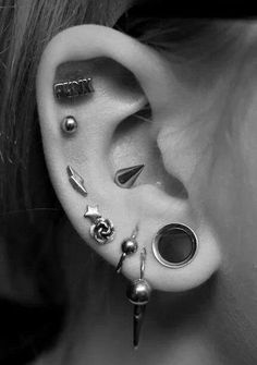 Love the jewellery in that conch piercing! Gorgeous multiple piercings and gauges or - it's definitely not 2 Piercing Tattoo, Body Piercing, Cool Piercings, Types Of Piercings, Cartilage Piercings, Piercings Corps, Labret Vertical, Emerald Earrings, Stud Earrings