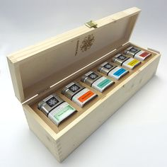 What a lovely, wooden gift box! Spices Packaging, Cool Packaging, Beverage Packaging, Coffee Packaging, Brand Packaging, Packaging Design, Branding Design, Devine Design, Tea Design