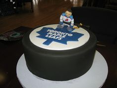 Toronto Maple Leafs Cake ~ I want that for my birthday! Hockey Birthday, Hockey Party, 60th Birthday Party, Ice Hockey, Birthday Ideas, Hockey Wedding, Hockey Cakes, Candy Crafts, Toronto Maple Leafs