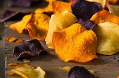 Buy Healthy Homemade Vegetable Chips by on PhotoDune. Healthy Homemade Vegetable Chips on a Cutting Board Healthy Recepies, Healthy Snacks, Healthy Chips, Easy Summer Meals, Easy Meals, Cheap Healthy Lunch, Aperitivos Finger Food, Vegan Ravioli, Beet Chips
