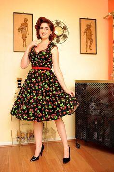 Een van de TopVintage favorieten! DeHeidi Black Cherry dress van Pinup Couture is het schattige zusje van onze Natasha jurk! Deze 50s pinup style jurk heeft een aangesloten lijfje en een prachtige volle 'cirkel' rok. Uitgevoerd in een zachte 'sateen' (niet glanzende) katoen met een zeer lichte stretch eneen schattige kersenprint.Leuk afgewerkt metrode biesjes, mooie gesneden hals en halve kapmouwtjes. Rimpeldetail bij de borst. Met bijpassendrood sateen riempje. ...