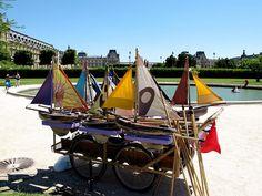 Le loueur des bateaux de bassin au Jardin des Tuileries à Paris