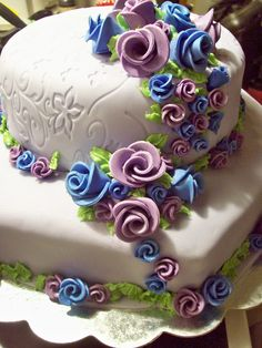 sweet 16 cake, purple and blue - yellow cake with chocolate, and the top yellow cake with Manjarblanco, cover wuth fondant, rosas are of gumpaste.