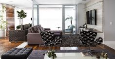 A escolha dos móveis e decoração para este apartamento mescla tonalidades de maneira coesa transmitindo sensação de conforto com bom gosto.