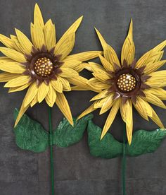Upcycled Aluminum Can Sunflower Pop Can Yard Flowers - Set of 2 by UneekUpcycling on Etsy Aluminum Can Flowers, Aluminum Can Crafts, Metal Crafts, Soda Can Flowers, Tin Flowers, Paper Flowers, Pop Can Art, Pop Can Crafts, Metal Yard Art