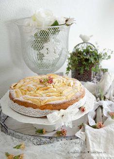 """Ich liebe es, mich an die schönsten Momente meiner Kindheit zu erinnern. Um dieses schöne Ritual zu unterstützen, koche oder backe ich gerne zwischendurch auch nostalgische Rezepte. Wie diese """"Torta di mele della nonna"""", was übersetzt """"Grossmamas Apfelkuchen"""" bedeutet.  Hier gehts zum einfachen und leckeren Rezept. Viel Spass beim Nachbacken. Camembert Cheese, Dairy, Food, Apple Pie Cake, Childhood, Love, Simple, Baking, Food Food"""