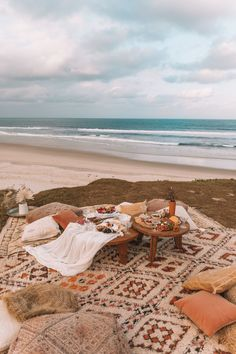 The gypsy collective beach picnic in byron bay beach picnic, summer aesthet Fuerza Natural, Reisen In Europa, Beach Picnic, Backyard Picnic, Summer Pictures, Summer Aesthetic, Beach Photos, Beach Day, Hawaii Beach