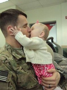 Military Dad getting a big kiss from his baby girl. Happy Together, Big Bisous, Military Homecoming, Military Love, Military Brat, Military Families, Support Our Troops, American Soldiers, American Pride