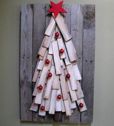 Árbol de navidad hecho de tejas de cedro y madera de palets, fácil de bricolaje