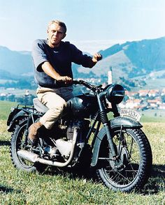 The Great Escape: Was Steve McQueen Almost Murdered By The Manson Family? Steve Mcqueen Motorcycle, Steeve Mcqueen, Steve Mcqueen Style, Side Car, Old Movie Stars, The Great Escape, Actrices Hollywood, Triumph Motorcycles, Triumph 650
