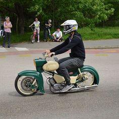 Übelst low! #bavariancustomcrew #miasancustom #bcc #custom #custombike #custommade #custombuilt #simson #schwalbe #kr51 #ddr #ostalgie #ostblech #old #oldtimer #oldschool #vintage #retro #potd #picoftheday #ratte #ridetilldeath #ridewithstyle #edel #bikeporn #ratte #ratstyle #low #white #green #star