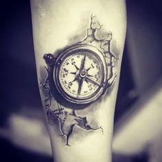 das ist eine idee für einen compass tattoo auf der hand eine karte der welt und ein kleiner schwarzer kompass