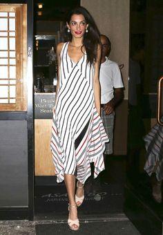 Look de Amal Clooney com vestido e sandália plataforma.