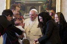 Durante la reunión Francisco jugó con los niños. Foto: AP