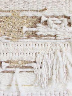 Cette Tenture murale élégante a été effectuée à laide de la main hors fils blancs, toile de jute brun fils et a beaucoup de texture. Il a une belle calmant et laspect naturel. La frange inférieure a une forme en v souple en fil de coton. Feuille dor ajouter de la texture sur le dessus du tissage et le rendre unique. Il se bloque à partir dune tige de 12 de large en bois et est prête à suspendre. En raison du processus de la main de cette forme dart deux tisse sera jamais exactement la même…