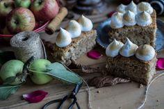 Este bolo tem mesmo o melhor da estação: o contraste da maçã com a textura dos frutos secos e o aroma das especiarias