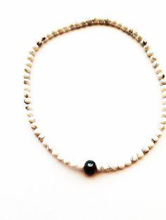 ESK 1012 - Halskette aus Howlithperlen 4mm. Die Länge beträgt ca. 45cm. Sie ist handgefädelt auf Elastikband und schließt mit einer dunklen Glasperle. Unikat! Dem mattweißen oder blauen Howlith eine beruhigende, schlaffördernde, aber auch entschlackende und entgiftende Wirkung zugeschrieben. Band, Bracelets, Jewelry, Design, Fashion, Semi Precious Beads, Moda, Sash, Jewels