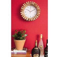 Personalize seu relógio com rolhas de vinho e cola quente.                                                                                                                                                     Mais