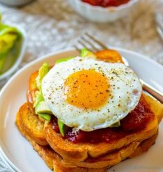 Crisp breakfast toast topped with delightful sweet tomato jam creamy avocado and fried egg. Also sharing a quick and easy fresh tomato jam recipe which is great on a simple avocado toast or also perfect to layer in sandwiches (special favorite with kids) Cucumber Avocado Salad, Avocado Salad Recipes, Tuna Salad, Jam Recipes, Curry Recipes, Cooking Recipes, Butter Naan Recipe, Simple Avocado Toast, Baked Breakfast Recipes