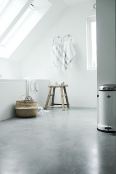 white bathroom with polished concrete floors that aren't afraid of humidity Geen tapijten, ééd vloer Bathroom Concrete Floor, Concrete Floors, Bathroom Flooring, Bad Inspiration, Decoration Inspiration, Bathroom Inspiration, Attic Bathroom, Bathroom Sets, White Bathroom