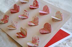 Superleuk om te maken van wat restjes papier! 2x hetzelfde hartje knippen, de onderste plakken en de bovenste er bovenop naaien met een paar steekjes in de midden van boven naar beneden.