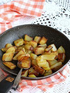 PATATE IN PADELLA ricetta contorno veloce senza forno Pretzel Bites, Italian Recipes, Potato Salad, Buffet, Soup, Potatoes, Yummy Food, Bread, Vegetables