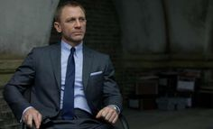 Tom Ford on Daniel Craig in James Bond Skyfall. The designer had created an entire wardrobe for Daniel Craig in the film, with a total of 60 suits for Craig himself and for the double. Costume Daniel Craig, Daniel Craig Suit, Daniel Craig James Bond, Craig 007, Tom Ford スーツ, Tom Ford Suit, Gentleman Mode, Gentleman Style, Wedding Colors