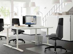 """Ein Großraumbüro mit fünfeckigen BEKANT Schreibtischen in Weiß und VOLMAR Drehstühlen mit Bezug """"Sonnebo"""" in Dunkelgrau"""